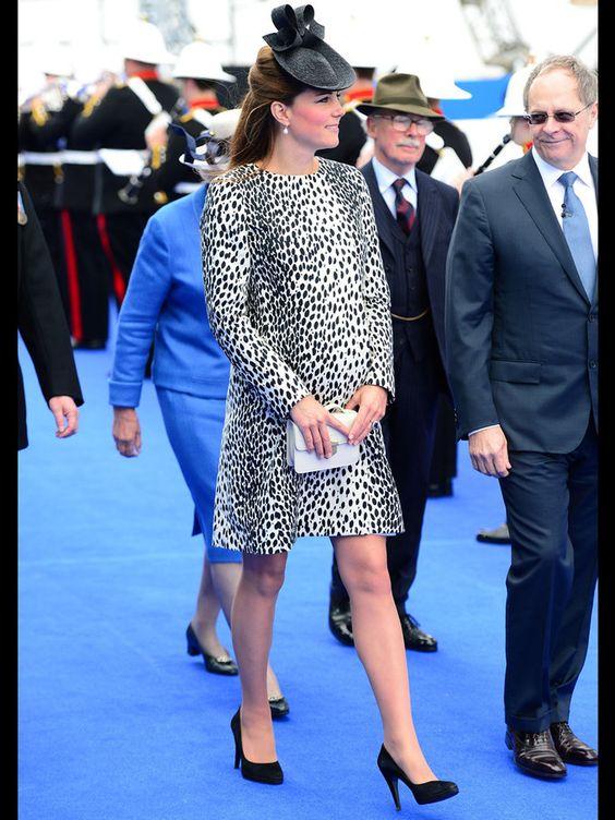 Kate, enceinte et lookée avec sa petite robe mouchetée à la façon d'un bengal silver spotted. Très classe!