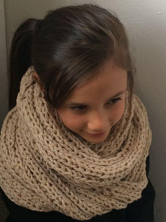 Cuello ancho tejido a mano para niñas.