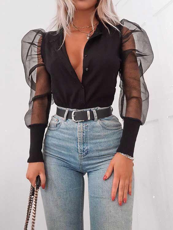 Mangas de organza: a tendência mais fofa da temporada - #GuitaModa. Camisa preta com manga bufante transparente, calça jeans de cintura alta, cinto preto, botões abertos