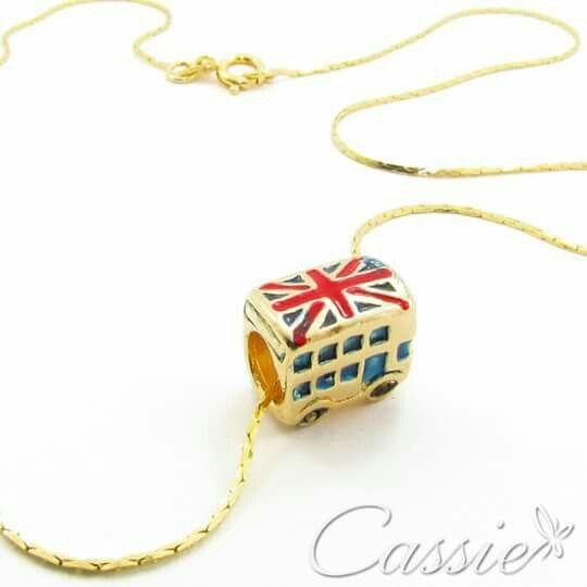Colar Londres folheado a ouro com pingente do Ônibus de Londres.   ⚫⚫⚫⚫⚫⚫⚫⚫⚫⚫⚫⚫ #Cassie #semijoias #acessórios #moda #fashion #estilo #inspiração #tendências #trends #brincos #brincoslindos #love #pulseirismo #lookdodia #zircônias #folheado #dourado #brincoleque #brincoleve #colar #pulseiras #berloques #blog #charms #maxibrinco #anellove #diadosnamorados # # #❤ #