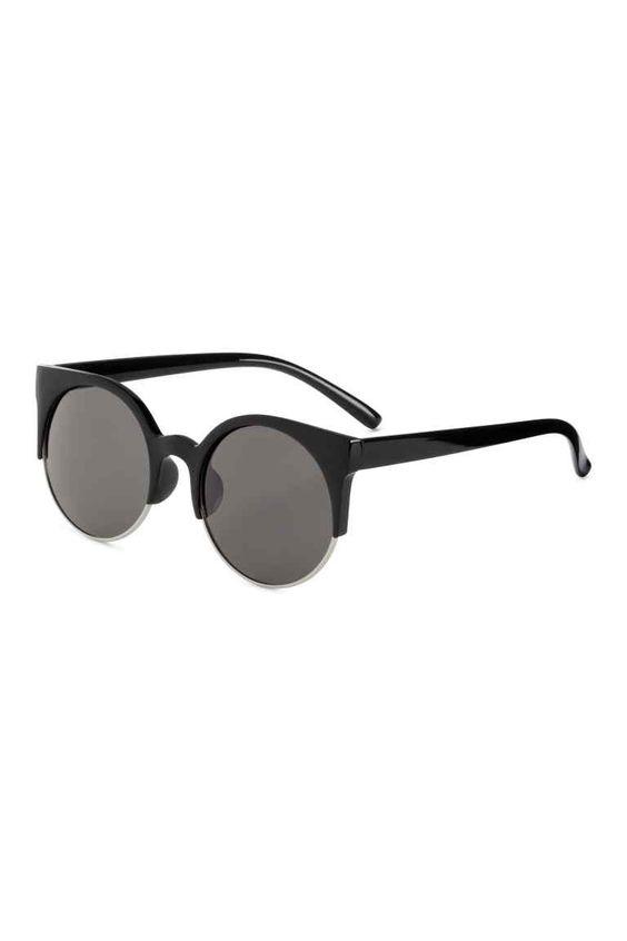 Sonnenbrille : Sonnenbrille mit Gestell aus Kunststoff und Metall. Die Brille hat getönte Gläser mit UV-Schutz.