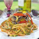 Espaguete de abobrinha ao molho pesto de tomate seco com champignons e pimentões coloridos