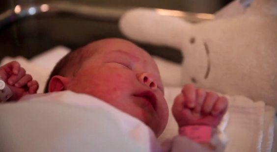 À l'écoute de bébé : un mini film pour une naissance respectée. Pour que l'allaitement démarre bien après la naissance d'un bébé, il est très important d'être à l'écoute des besoins de celui-ci et d'y répondre...