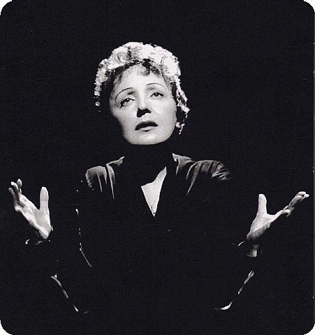 Piaf c'est un sacré monument pour la chanson française, malgré sa petite taille, c'était une sacré bonne femme !! j'adore sa voix..