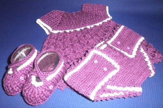 Conjuntinho composto por 01 vestido, 01 par de sapatos e um tapa-fralda em linha nas cores lilás e branco para recém nascido. Fazemos também por encomenda! R$95,00