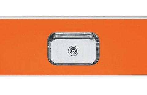 Laminado colorido - A pia da Forminox (1,50 x 0,56 m) apresenta base de concreto e ferro, bordas e cuba de aço inox (46 x 30 x 11 cm) e superfície de laminado decorativo de alta pressão – acabamento impermeável e pouco suscetível a manchas. Para limpar, bastam água, detergente e pano macio. O produto está disponível em nove cores (a da foto é a 22) e diversas metragens. AJ Lunes, R$ 185