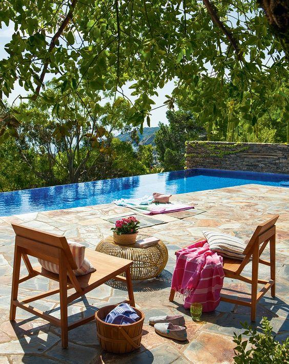 Terraza con piscina desbordante: