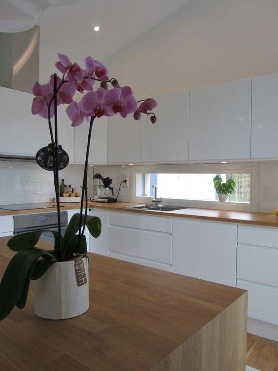 grifflose Hochglanz Küchenfronten und Eichenholz Arbeitsplatte