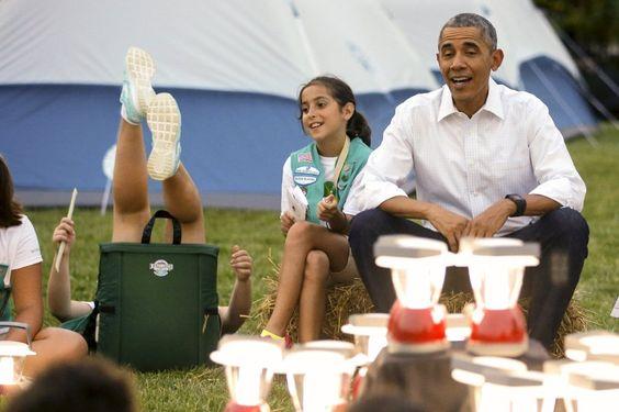 """Camping bei Barack Obama: 50 Pfadfinderinnen haben für eine Nacht ihre Zelte im Garten des Weißen Hauses aufgeschlagen. """"Was macht ihr in meinem Garten?"""", scherzte der US-Präsident beim Besuch der Fünftklässlerinnen. Er nahm auf einem Heuballen Platz und plauderte mit den Mädchen. Zuvor hatten diese ihr Pfadfinder-Können an einer Kletterwand, beim Knotenknüpfen und im Orientierungslauf unter Beweis gestellt."""