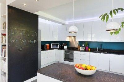 Cuisine moderne et design pan de mur en tableau noir pour laisser place l - Deco mur cuisine moderne ...