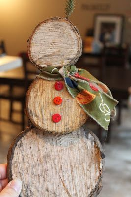 Rustle up this rustic snowman from log slices and red buttons! Country style DIY Christmas decoration