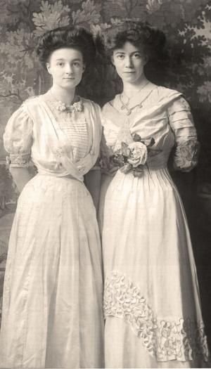 """1900-1910 Edwardian ladies in """"tea gowns"""" or """"afternoon dresses"""" Women on the left in the cross over dress by Joana Sárközy"""