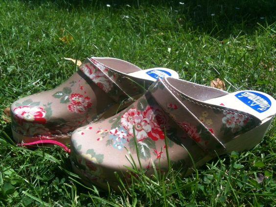 Design Brown Flower  Partij hippe Zweedse klompen. Ideaal voor in en rond het huis en in de tuin. Maten 36/37, 38/39. 40/41. Nu voor 20 euro. Interesse? Stuur me een reactie.
