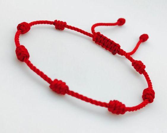 Últimamente podemos ver una gran cantidad de personas que llevan una pulsera roja en su mano izquierda, muchos piensan que es moda, pero para otros es considerada como un amuleto de protección contra las malas energías. ¿Puede ir la pulsera en otra mano? No. La pulsera debe de ir colocada en la muñeca izquierda (es …