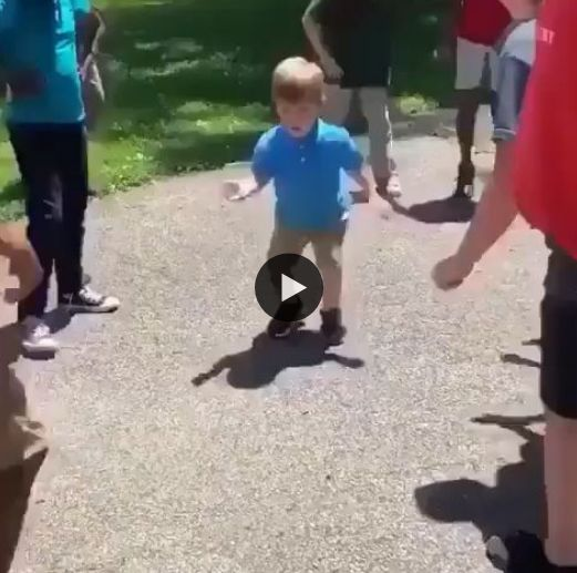 Essa Criança dança como adulto incrível.