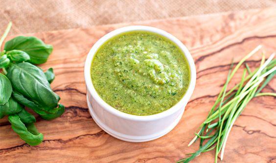 Bei uns war es heute soweit: Der Schnittlauch wurde geerntet, doch was macht man mit diesen Mengen an Schnittlauch? DieIdee: Leckeres Schnittlauch-Pesto – mit einem Hauch von Basilikum. Passt sehr gut zu aller Art von Pasta, Fleisch, als Brotaufstrich oder als originelle Sauce. Zutaten 20gfrischer Schnittlauch 10 g Basilikumblätter 1–2 Knoblauchzehen 125 ml Olivenöl 80 …