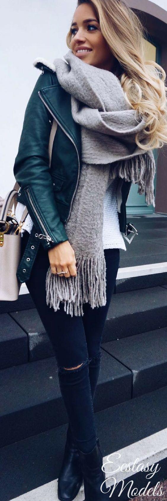 Ella lleva una chaqueta verde y una bufanda gris y patalones negros. La chaqueta cuesta cincuenta euros. La bufanda cuesta veinte euros. Los patalones cuestan trienta y cinco euros.