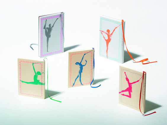 「Like the wind, Like a song.」 This note uses gymnast ribbons as a design for string bookmarks, which are made fairly longer than usual bookmarks. These pocket-sized books come in handy, and the different dancing pose of the gymnast as well as the different cover framework provide an elegant feeling to each and every design.