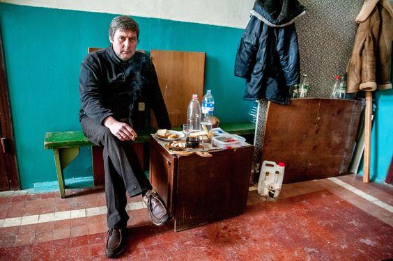 Тарас — гость небольшого застолья старых друзей. Чтобы лишний раз не тревожить жену, Владимир накрывает стол в подъезде, напротив своей квартиры. Всё как положено: сало, водочка, солёный огурец. Иногда борщ. Утром тут можно выпить кофе с соседями.: