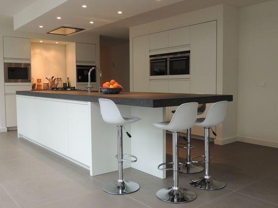 Mat wit gelakte keuken met een granieten blad www nnbv nl