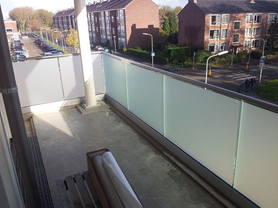 Privacy op je balkon. Dusted Glass raamfolie gad de oplossing. Simpel doch zeer doeltreffend. We kunnen ook streepjes of andere motieven uitsnijden