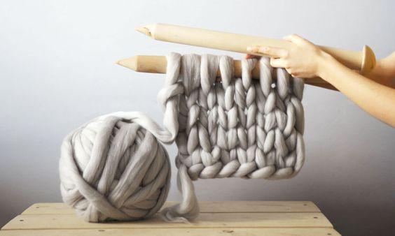 Uma artista ucraniana lançou uma linha de super tricôs gigantescos - evocê pode até se perder neles! Tem blusa, gola, cobertor... Enfim, toda a munição que você precisa para enfrentar a friaca. Olha só que demais: Anna Mo criou um ponto para as malhas de três polegadas. Isso significa quase 8 cm de um pontinho de tricô. As agulhas são...