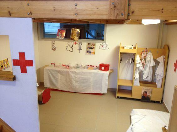 Inspiratie voor een ziekenhuis-hoek. Met witte kleden en een rood kruis, lijkt het al snel wat!