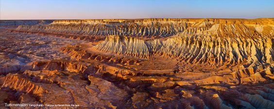 Yangykala Canyon au Turkménistan.    Les falaises de bandes de roche rose, rouge et jaune, zèbrent les parois abruptes du canyon. Elles s'étirent sur 25 km vers le bassin de Garagogazgol (près de la mer Caspienne) et se situent approximativement à 165 km au nord de Balkanabat. Yangykala (GPS : N40° 27.656', E054° 42.816').