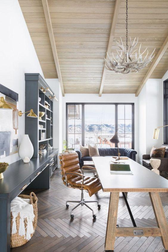 visite decoration chalet blanc bureau esprit montagne #salon #laiton #bleu #ardoise #grey #livingroom #bois #wood #house #chalet #cabin #montagne #mountain #view #cuir #bureau #lustrebois #parquet