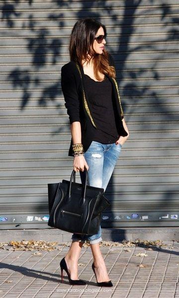 Blazer preto + regata preta + jeans dobrado + scarpins: