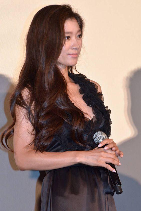 イベントに参加している篠原涼子