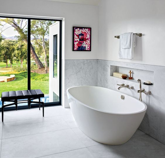 Na parede do banheiro do produtor de televisão americano Brian Grazer, uma obra de Kenny Scharf dá cor ao decor. A casa, na Califórnia, foi decorada por Waldo Fernandez #decor #banheiro
