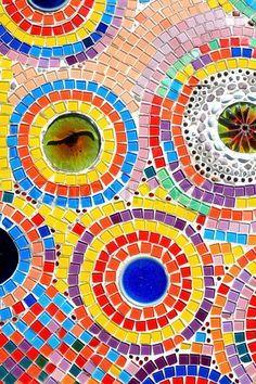 Haz tu propio mosaico para el jardín, es una decoración que queda bien en el exterior de una casa.