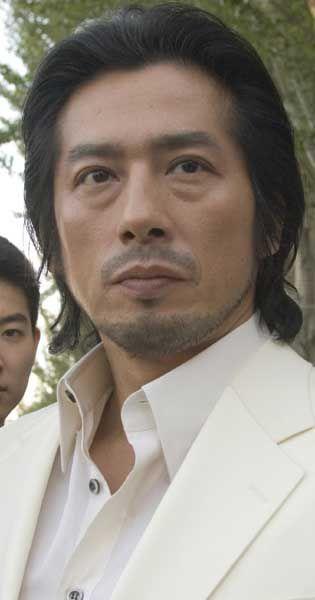 白スーツの真田広之