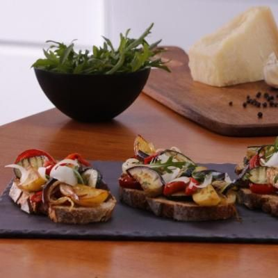 Bruschettas à la poêlée méditerranéenne : aubergines grillées, courgettes grillées, pommes de terre préfrites, poivrons rouges, concentré de tomates, basilic, romarin