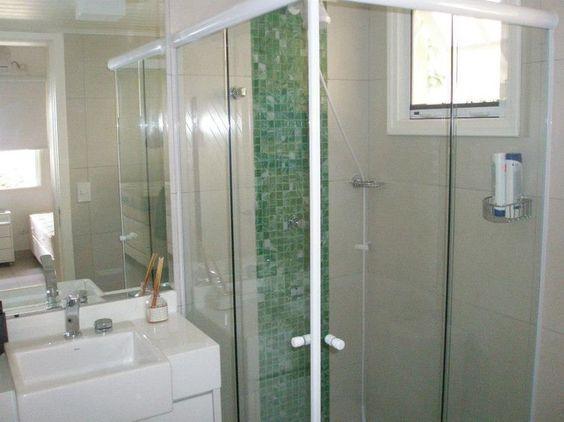 Veja como os banheiros com pastilhas de vidro podem ficar mais bonitos com esse simples truque de decoração. Conheça os modelos