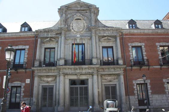El Palacio de Santa Cruz fue Ordenado construir por Felipe IV en 1629 y proyectado por el arquitecto Juan Gómez de Mora, tuvo como uso original ser Sala de Alcaldes y Cárcel de…  http://www.rutasconhistoria.es/loc/palacio-de-la-santa-cruz