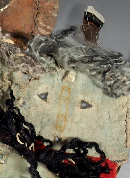 Masque. type Yebichaï Navajo. Arizona, U.S.A Peau, tissu, pigments, nacre, laine, plumes Période de confection proposée: XXème siècle Dimensions: 34 X 28 cm Peau montant des yeux et une bouche incisés.… - Eve - 27/06/2014