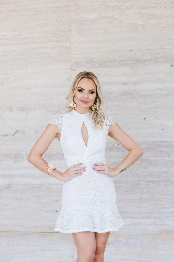 Look da Layla Monteiro com vestido branco rendado, perfeito para uma festa de ano novo.