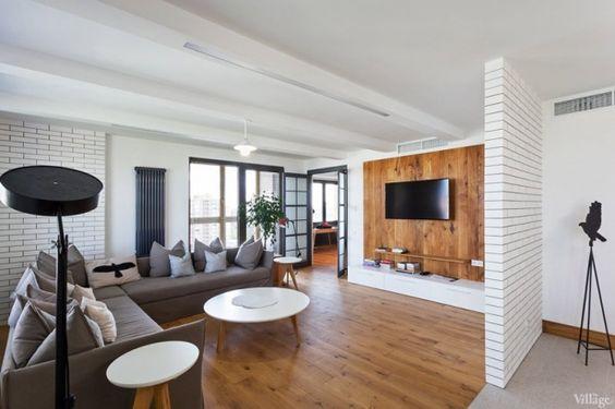 シンプルで広々とした部屋に大きなソファで贅沢気分に浸れそうです。たくさんのクッションがいつまでもこの部屋にいたいという気分にさせてくれそうですね。