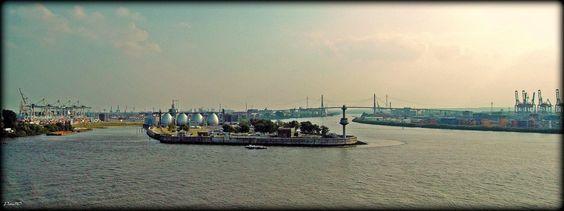 Blick vom Dockland auf den Petroleumhafen und den Köhlbrand