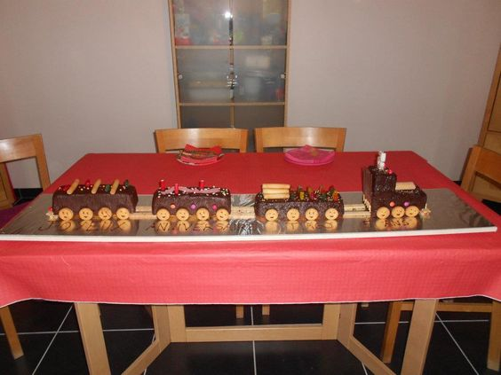 Gâteau d'anniversaire au chocolat en forme de petit train