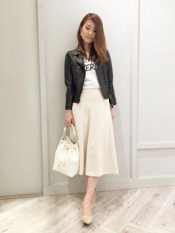 黒のレザージャケットと、ミモレ丈スカートのコーデ。  シルエットがとても綺麗で、大人カジュアルな印象です。