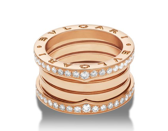 Anello B.zero1 a 4 fasce in oro rosa 18 carati con pavé di diamanti lungo i bordi esterni. Il prezzo dipende dalla misura.