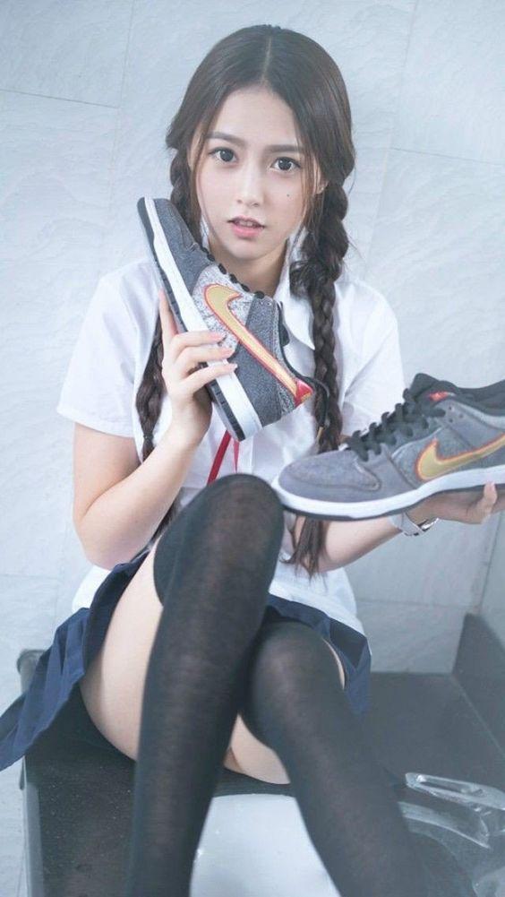 美少女 翹腿準備穿球鞋》Cute Girl Pretty Girls 漂亮、可愛、無敵》青春就是無敵》