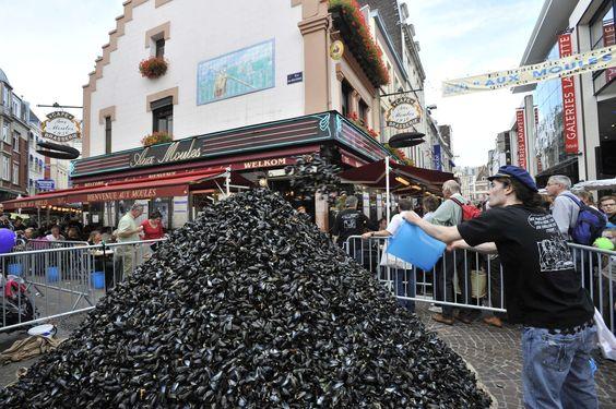 """Un tas de coquilles vides de moules près du restaurant """"Aux moules"""""""
