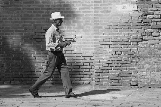 """L'Artista di Strada"" by Pierre-Paul De Beir #art #artphotography #photography #tictacartcollection #blackandwhite #violin #venice #pierrepauldebeir"