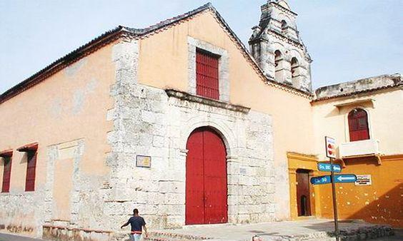 """La Iglesia, Ermita, Parroquia San Roque, está ubicada en el barrio Getsemani, en Cartagena de Indias. Fue construida en el siglo XVII  en honor a San Roque, un peregrino que se contagia de apestados de fiebre amarilla a quienes cuidaba.,  """"Retirado a un monte, Ya agonizando, un perro comienza a llevarle pan y milagrosamente brota agua del suelo para saciarle la sed, lo que alarga su vida. Aparece un ángel que le cura la herida""""."""