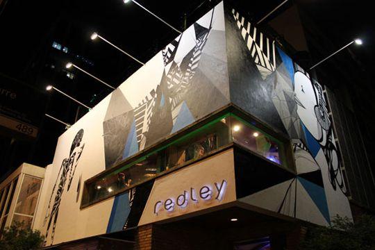 Ipanema Wall é um projeto da marca Redley em associação com a loja/galeria/coletivo Homegrow. De tempos em tempos, novos artistas renovarão a fachada da l