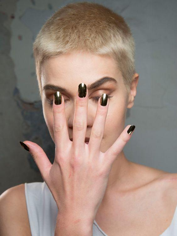 Gold ist DIE Herbstfarbe schlechthin - wieso dann nicht auch auf den Nägeln wie bei der Fashion Week Show von Philipp Plein